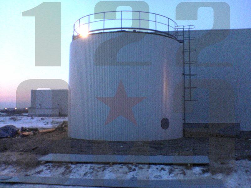 Вертикальный резервуар для воды в работе